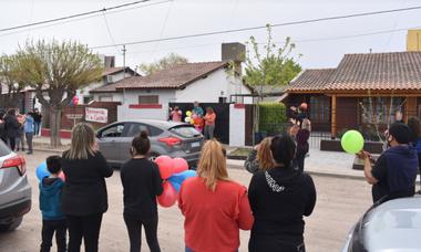 Los vecinos de San Antonio Oeste y amigos de la familia organizaron una bienvenida sorpresa en la casa de Maitena (Informativo Hoy)
