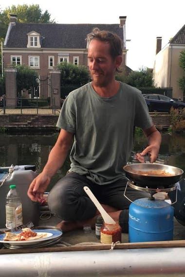 Matías Miño, ahora vive en Europa, en un barco que recicló