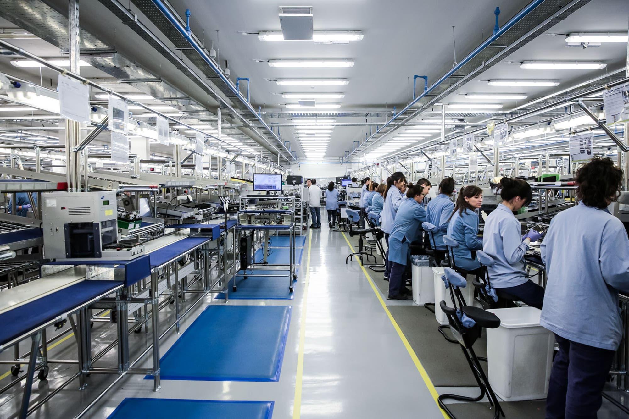 Negocios. Mirgor compró Brightstar, la fabricante local de celulares Samsung y LG, que se va del país