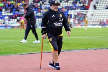 Diego con bastón, antes de operarse de la rodilla derecha para resolver la artrosis