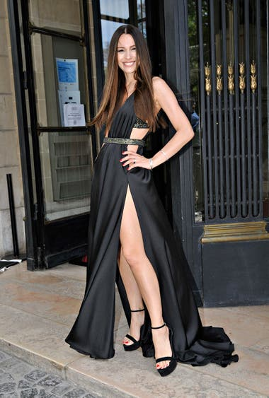 Pampita llegó más sexy que nunca luciendo un vestido negro de Maria Gorof que dejaba ver gran parte de su cuerpo