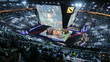 Las competencias de eSports convocan multitudes, como en este encuentro del campeonato The International Dota 2 en el Key Arena de Seattle, Washington, en 2015