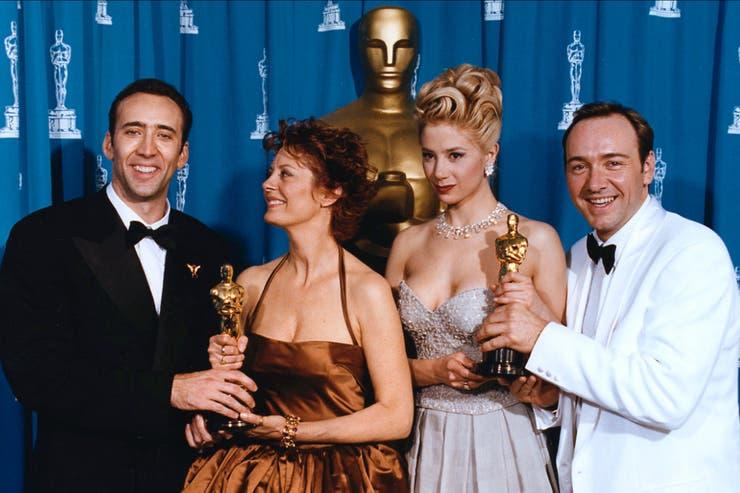 No todo tiempo pasado fue mejor es la frase para este look de Susan Sarandon en los premios Oscar de 1995; la mezcla explosiva contiene mucho shantung marrón brillante y un vestido pomposo que la emparentó con un chocolate Hershey