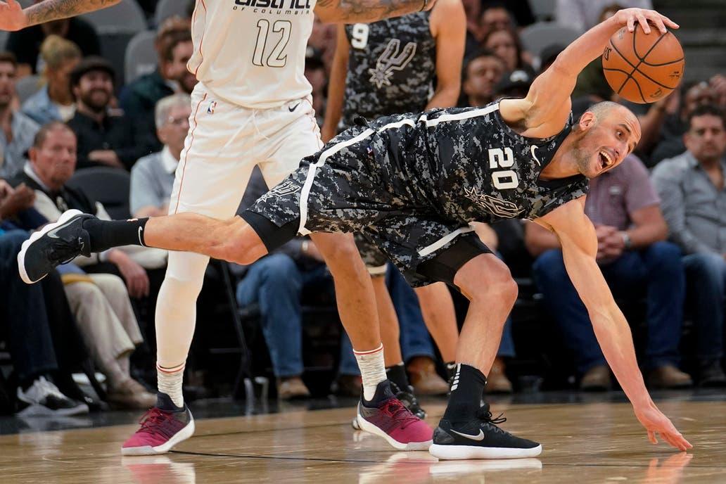 Manu Ginóbili lucha por la posesión del balón ante Washington Wizards