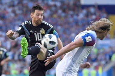 Lionel Messi - Birkir Bjarnason