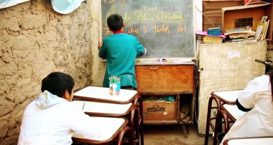 Leonardo Nicanor le da clases a los chicos del barrio Las Piedritas