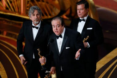 Nick Vallelonga, Brian Currie y Peter Farrelly aceptan el Oscar de Mejor Guion Original por Green Book
