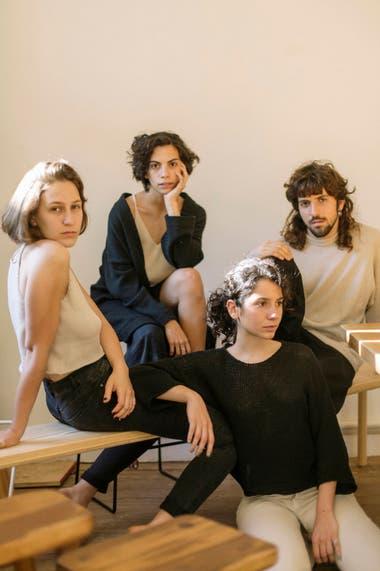 La propuesta de la diseñadora Julieta Racket se asocia al trabajo de otro diseñador, Marcelo Ariel López, quien colabora en el desarrollo de los productos