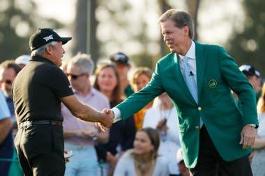 Fred Ridley (de saco verde) saluda a Gary Player en la salida de honor junto con Jack Nicklaus; el presidente de Augusta National alentó las innovaciones