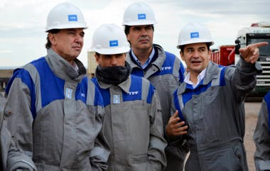 2014. Pichetto, Kicillof y Capitanich, en una recorrida con el entonces presidente de YPF, Galuccio, en Loma Campana