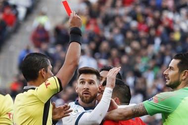 Messi, el día de la expulsión frente a Chile junto con Medel