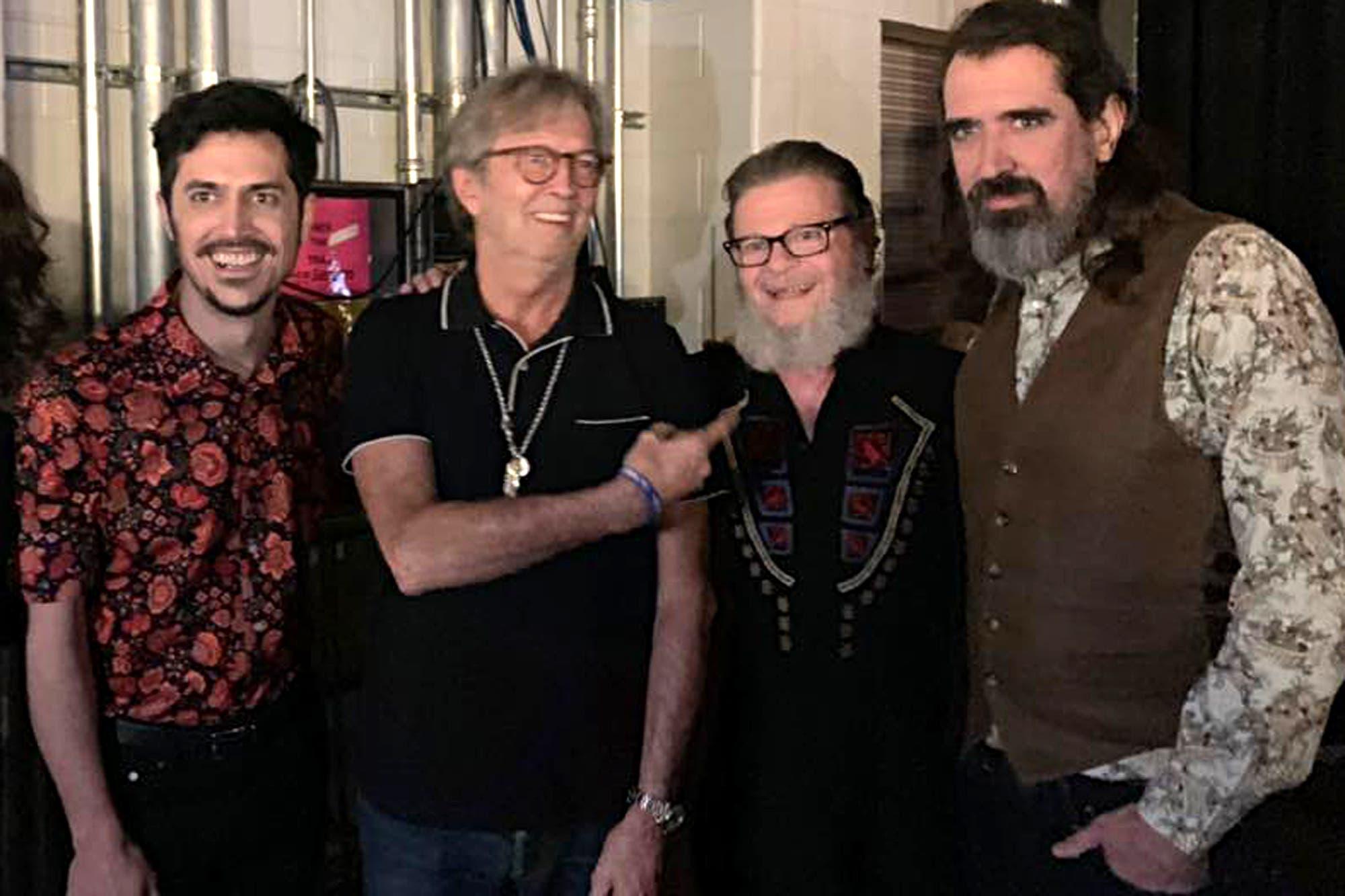 Gustavo Santaolalla se subió al escenario para tocar con Eric Clapton