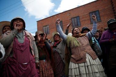 Bolivia. Mujeres de El Alto reivindican a Evo Morales luego de que el expresidente renunciara tras un intento de fraude, el 20 de noviembre en las afueras de La Paz