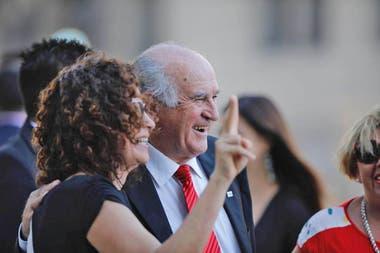 Oscar Parrillli antes de entrar al Congreso se tomo selfies con los seguidores de Alberto Fernández