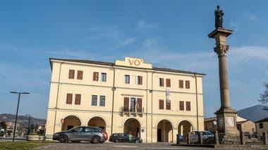 El pueblo de Vo Euganeo se encuentra en las laderas de las Colinas Euganeas y a unos 65 kilómetros de Venecia