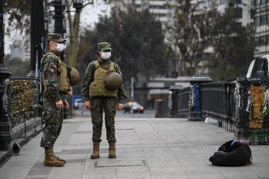 Soldados chilenos custodian las calles en Santiago, Chile, el 27 de marzo de 2020