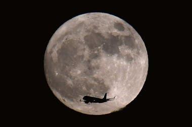 La Luna tiene un aroma con notas metálicas, carbonosas y sulfurosas, según la apreciación del aromista francés que recreó su perfume