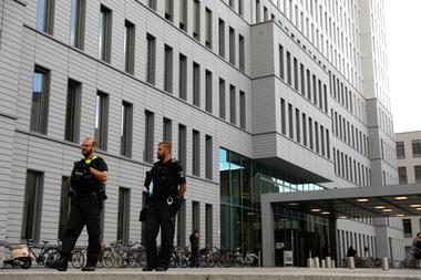 Agentes de policía alemanes hacen guardia frente al hospital Charite de Berlín el 24 de agosto de 2020, donde Alexei Navalny recibe tratamiento después de su evacuación médica a Alemania tras una intoxicación
