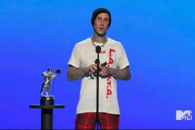 Travis Barker, el baterista de Blink-182, aportó un poco de rock a la ceremonia