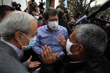 Biondi y Vitobello hablan con los agentes de policía que protestan en las puertas de Olivos, a pedido del presidente Alberto Fernández