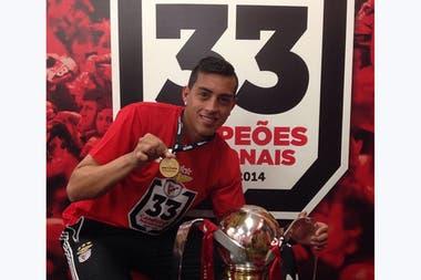 Con el Benfica fue campeón de Liga y Copa, aunque jugando muy poco; lo hacía seguido en el Benfica B