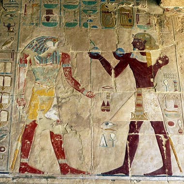 Aunque no lo parezca, la figura de la derecha es Hatshepsut, ya transformada en el estereotipo del faraón varón
