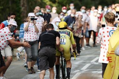 Le Tour de France toujours populaire avec des dizaines de spectateurs sur le bord de la route
