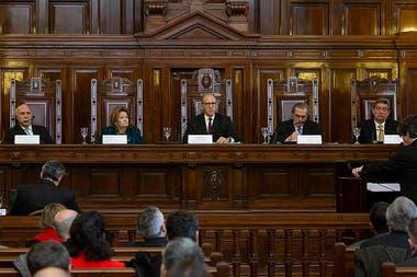 El kirchnerismo redobló sus críticas contra la Corte después del fallo de la semana pasada que repuso en sus cargos a tres camaristas