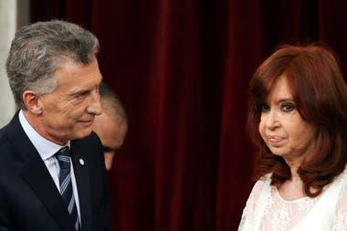 El frío saludo entre Mauricio Macri y Cristina Kirchner durante la asunción de Alberto Fernández