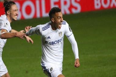Rodrigo, seguido por Ayling, festeja el gol del empate, tras aprovechar un error de Ederson en la salida de un córner