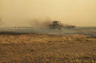 Productores intentan apagar un campo en Formosa usando su propia maquinaria