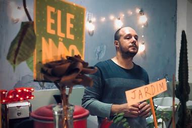 Caio F. em casa Duda Woyda, de Brasil