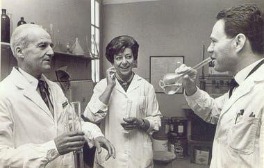 Leloir junto a sus colegas celebrando al obtener el Nobel.