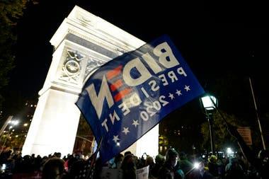 El fin de la lucha, en Washington Square Park, con banderas con las consignas de Biden, presidente