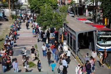 Las distintas filas iban desde la paradas de los colectivos hasta adentro de la estación Liniers