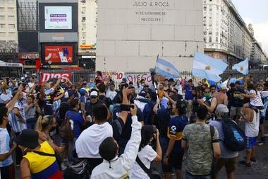 El público despide a Maradona en el Obelisco