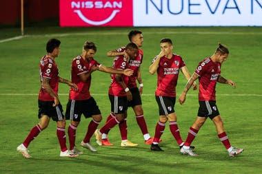 Los abrazos para Nicolás De La Cruz, autor de dos goles para River