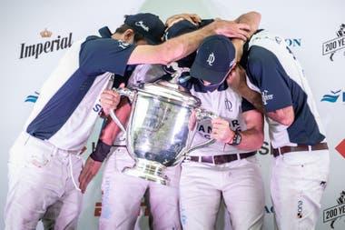La última postal del gran campeón: Mac Donough, Nero, Cambiaso y Stirling con la copa de Palermo