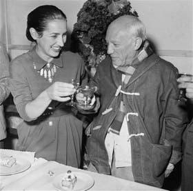 Gilot y Picasso brindan en Vallauris, Francia, en un festejo íntimo por el cumpleaños número 70 del pintor