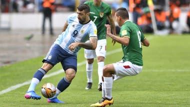 Pratto con la pelota, en la última visita de la selección a La Paz: fue derrota por 2 a 0, en 2017.