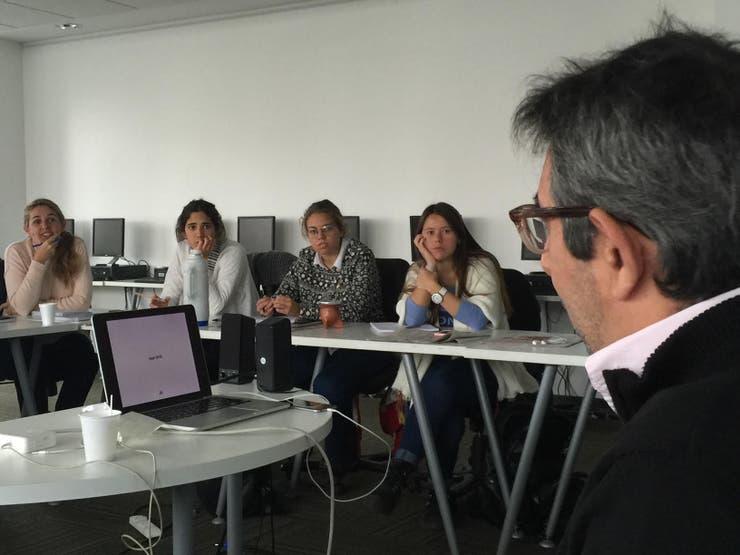 Julián Gallo en su clase especial sobre la transformación de los medios