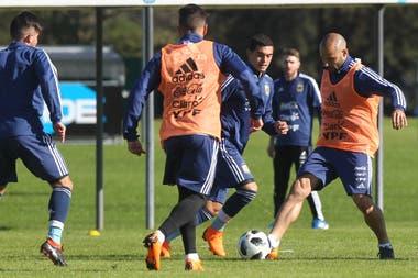 Una imagen del entrenamiento del seleccionado argentino, con Mascherano y la pelota
