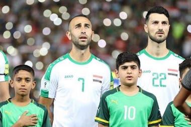 Meram, with the número 7 de la selección iraquí