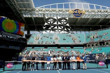 Naomi Osaka de Japón, Novak Djokovic de Serbia, Serena Williams y Roger Federer de Suiza participan en la ceremonia de corte de cinta celebrada en la cancha central durante el Abierto de Miami