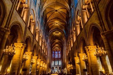 Reyes malditos, benefactores, gárgolas y quimeras detrás de la historia de la catedral parisiense