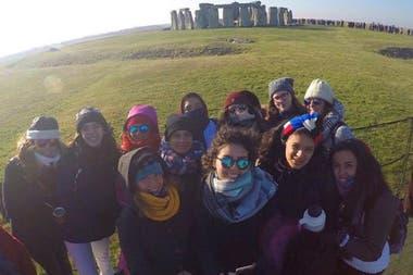 Lucrecia Rivas y sus compañeras en Stonehenge, el monumento neolítico a dos horas de Londres