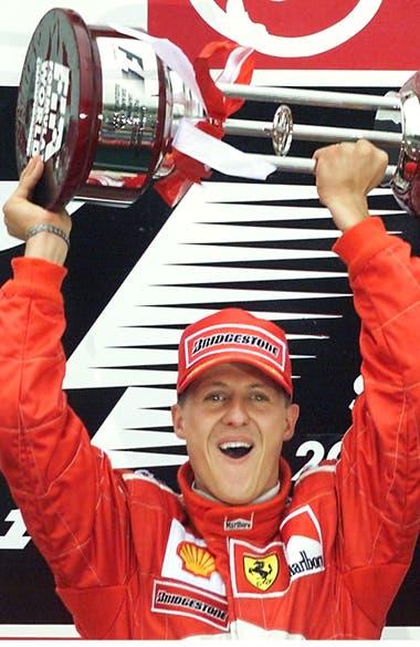 Schumacher y el trofeo de campeón de la F.1; en el GP de Japón, en 2000, el alemán logró la tercera corona personal, la primera de las cinco que festejaría con Ferrari