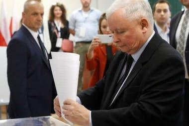 """Jaroslaw Kaczynski, líder del partido en el gobierno en Polonia fue acusado de """"atacar el estado de derecho y limitar la independencia de las instituciones fundamentales"""" del país"""