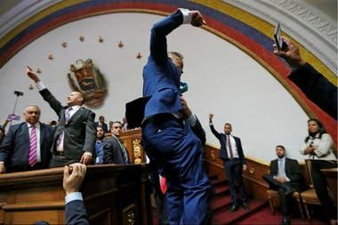 Entre gritos de la bancada chavista emergió Luis Parra, quien se autoproclamó presidente de la AN pese a que no había iniciado la sesión y cuando ni siquiera había el quórum necesario en la Cámara.