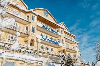 El frente del hotel que rentó el monarca tailandés